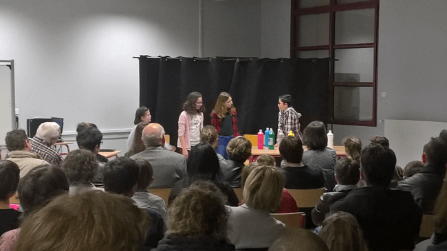 A l'atelier théâtre, les collégiens créent et improvisent